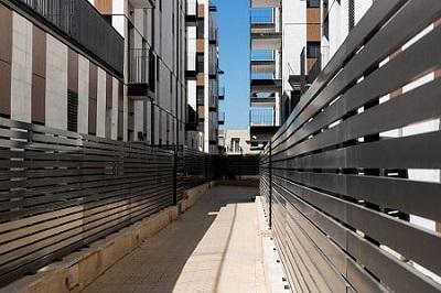 גדרות אלומיניום על גג בניין